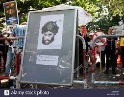 Hinter die Karikatur des Propheten Mohammed von Kurt Westergaard zeigen  Mitglieder der rechtsextremen Partei Pro Deutschland Bürgerbewegung vor der  As-Sahaba Moschee in Berlin, Deutschland, 18. August 2012. Foto: FLORIAN  SCHUH Stockfotografie - Alamy