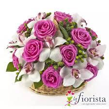 Cestino di rose rosa e fiori di orchidea - Consegna Gratis