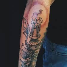 фото татуировка свечи на предплечье мужчины