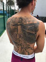 игрок манчестер сити сделал тату на всю спину со своим