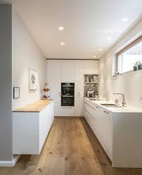klassische küche bilder küche weiß hochglänzend mit altholz