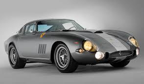 Ferrari es una marca establecida y de lujo porque la mayoría de los automóviles que salen de la fábrica de el precio promedio de un carro ferrari en estados unidos es de $250,000, el más barato lo podrías conseguir por unos $180,000 y a partir de ese punto el precio. Top 5 Los Modelos De Ferrari Mas Caros Vendidos En Subastas