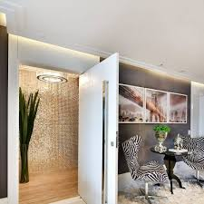 Porta pivotante preta em projeto assinado pelo escritório&nbsp. Porta Branca Como Escolher O Melhor Modelo 60 Ideias Incriveis