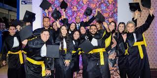 Resultado de imagem para formando universitario mostrando o diploma