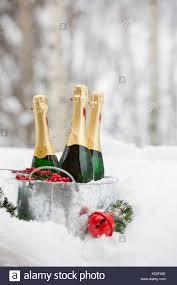 Eimer Mit Champagner Im Schnee Mit Christbaumschmuck