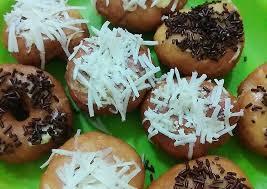 Jajanan bulat ini merupakan makanan sederhana dengan bahan dasar tepung terigu dengan taburan gula halus. Resep Donat Super Simpel Takaran Sendok