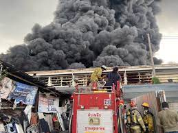 เพลิงไหม้โรงงานพลาสติกย่านสุขาภิบาล 5 ลุกไหม้แล้ว 3 โกดัง