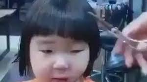 Bé gái khóc một đại dương vì bị cắt tóc kiểu nồi úp