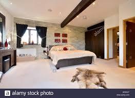 Stilvolle Schlafzimmer Mit Eigenem Bad Und Ankleidezimmer Stockfoto