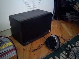 Elimde 2 tane hoparlör var bunlara elektrik bağlayıp basit bir ses sistemi  yapmak istiyorum.