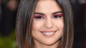 daily beauty buzz selena gomez s pink eyeshadow