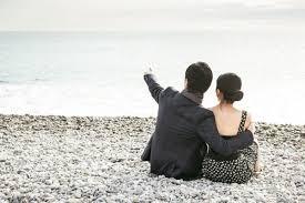 """Résultat de recherche d'images pour """"un couple buvant un verre bar de nuit a la plage"""""""