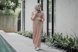 Koleksi terbaru desain model gamis batik kombinasi dari polosan, kemudian brokat memang menjadi primadona saat ini. 27 Model Baju Gamis Terbaru Yang Modern Kekinian Updated 2020 Bukareview