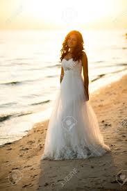 美しいヘアスタイルベールと海辺に化粧がウェディング ドレスでブル