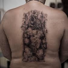 фото мужской татуировки на спине медведь и лес в стиле реализм