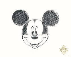 ミッキーマウスがディズニードローイングクラスを楽しむ絵を描ける