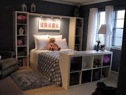 Komfortables Schlafzimmer In Dunklen Farben Und Regale Im Inneren Kallax