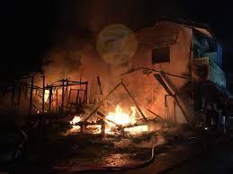 นนทบุรี ไฟไหม้ห้องเช่าไม้ 4 ห้องของคนตาบอดกลางดึกโชคดีไร้เจ็บ-ตาย - 77 ข่าว เด็ด