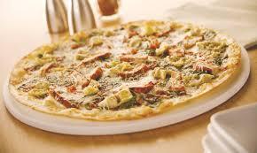en artichoke and bacon pizza