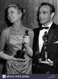 Cérémonie des Oscars de 1955 Marlon Brando receives an oscar as Best Stock  Photo - Alamy