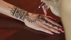 žena Dělat Henna Tetování Na Ruce Detail