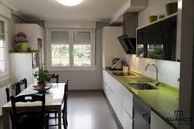 Superior Cocina Blanca Con Encimera Verde Fun