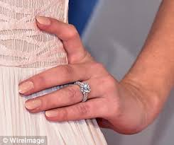 hannah davis shows off engagement ring from derek jeter at cmas in