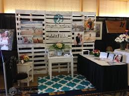 creating a pallet wall for a wedding expo photography booth Wedding Expo Maui maui wedding expo booth photographer_0008 wedding expo maine