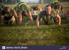 Rct. Skyler Roberson, el pelotón 1004, Alfa, 1ª Compañía del Batallón de  adiestramiento de reclutas, ¿pushups el 5 de noviembre de 2014, en Parris  Island, Carolina del Sur recluta a participar en