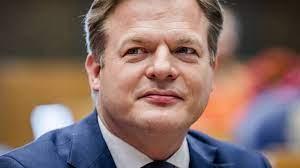 Hij is lid van het cda en het langstzittende kamerlid van de partij. Awh67xtr8ymxjm