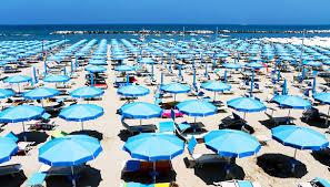 Risultati immagini per spiaggia con ombrelloni