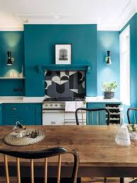 cocina paredes azules mesa de madera