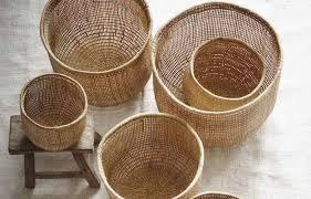 Os cestos de palha podem ser ótimas opções para decorar e otimizar o espaço de armários em conceito aberto, por exemplo. Cesta De Palha No Piquenique Ou No Decor Westwing