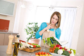Cucina donna leggendo il libro di cucina per ricetta nella