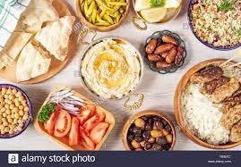 Iftar essen Tabelle. Abendessen für Ramadan. Die arabische Küche. Im Nahen  und Mittleren Osten traditionelles Mittagessen. Verschiedene Ägyptische  orientalische Gerichte. Ansicht von oben Stockfotografie - Alamy