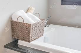 Weißen Tuch Im Korb Auf Badewanne Im Badezimmer Lizenzfreie Fotos