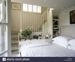 Moderne Neutral Schlafzimmer Bett Geprüft Bettwäsche Treppen In