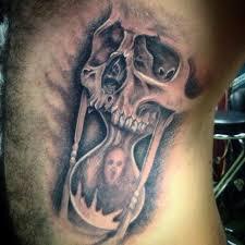 татуировка на боку у парня песочные часы и череп фото рисунки