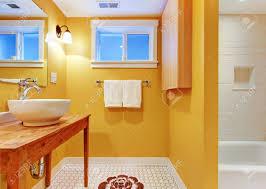 Orange Badezimmer Mit Modernen Waschbecken Auf Dem Tisch Aus