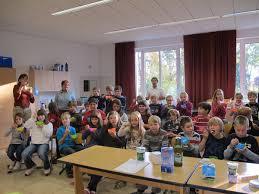 Im Bild Frau Irmgard Miller mit den Kindern der 4. Klassen und den ...