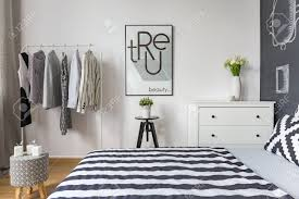 Modernes Schlafzimmer Mit Doppelbett Und Kleiderständer Lizenzfreie