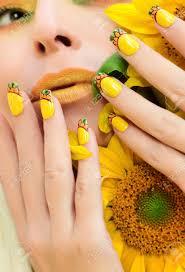 夏黄色化粧とマニキュアひまわりクローズ アップと女性の爪にデザイン