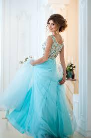 結婚式の披露宴二次会で着るカラードレスと髪形の選び方 ビーチ