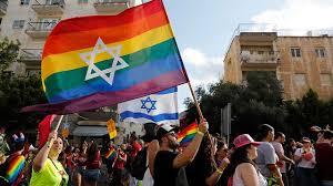 התאונה התרחשה כאשר אוטובוס פגע בצינור במהלך עבודות בכביש, והצינור פגע בהולך הרגל (אקטואליה). 22 000 Take Part In Jerusalem Pride Parade