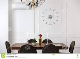 Appartamento di studio interno della stanza con le pareti bianche