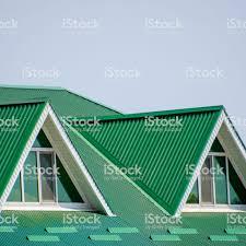 Das Haus Mit Kunststofffenster Und Einem Grünen Dach Aus Wellblech