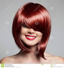 Belle Femme De Sourire Avec Les Cheveux Courts Rouges Coupe