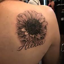 фото татуировки подсолнуха с надписью на лопатке девушки фото