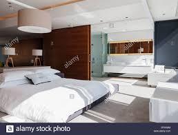 Schlafzimmer Und Bad En Suite Im Modernen Haus Stockfoto Bild