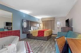 Guest room with whirlpool bathtub - Picture of Econo Lodge Byron - Warner  Robins - Tripadvisor